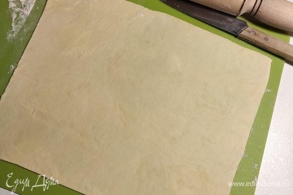 Пласты раскатываем как можно тоньше. Лишнее отрезаем ножом по краю. Обрезки пригодятся впоследствии для еще одной порции коржа.