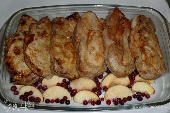 Поверх яблок и ягод выкладываем обжаренные куски свинины.