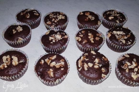 Выпекать кексы в разогретой до 180°C духовке 25–30 минут. Готовность проверить зубочисткой.