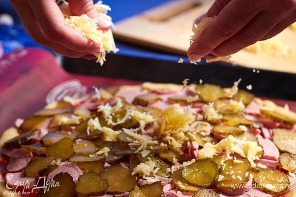Щедро посыпать пиццу сыром.