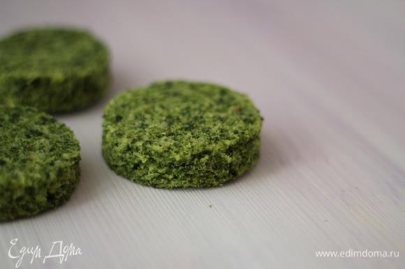У бисквитного коржа срезать верхушку и донышко, чтобы они не портили яркий зеленый цвет бисквита. Формочкой или стаканом вырезать кружочки. Диаметр определяете самостоятельно, это будущее основание елочки.