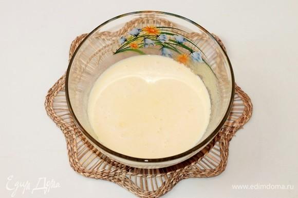 В желтковую смесь добавить молоко и перемешать.