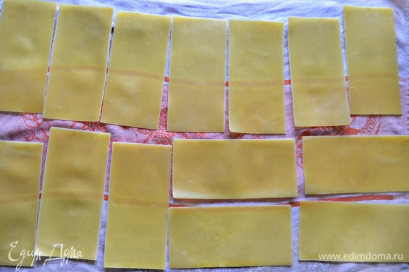 Листы лазаньи, если того требует инструкция на упаковке, предварительно отварить в подсоленной воде с добавлением 1 ст. л. оливкового масла, чтобы листы не склеивались между собой. Затем выложить листы теста на льняное полотенце для остывания.