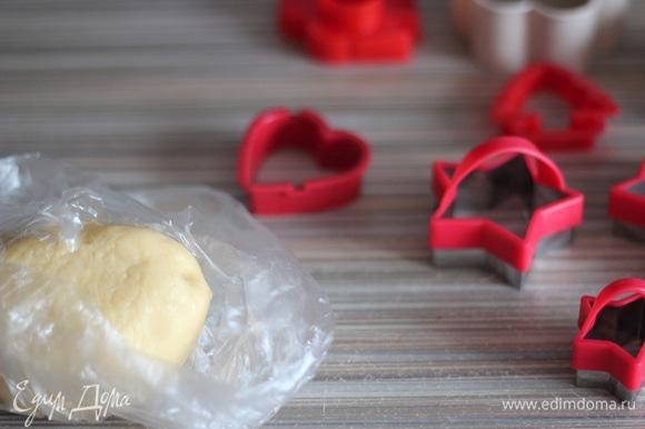 Тесто вытащить из пищевой пленки, выложить на пергаментную бумагу (у меня силиконовый коврик) и раскатать в пласт толщиной около 3–4 мм. Скалку можно припылить мукой.
