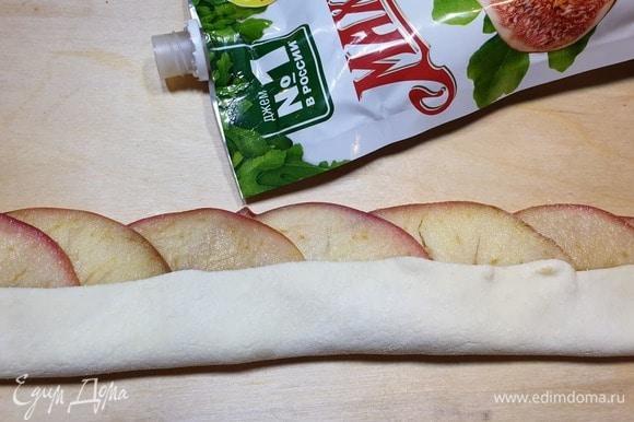 Накрываем яблоки нижним краем теста.