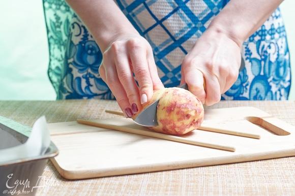 Выберите одинаковые по размеру картофелины, по 1–2 шт. на порцию. Тщательно вымойте жесткой щеткой. Мне попался такой, который не понадобилось чистить вообще. Но если кожица у вашего жесткая, лучше снимите, только постарайтесь очень тонко.
