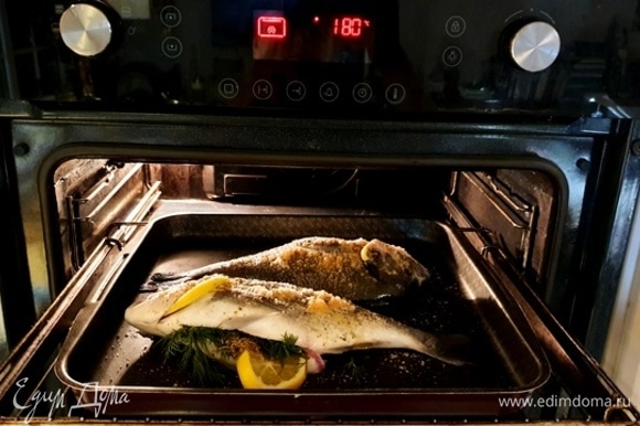 Теперь самое время отправлять рыбу в разогретую до 180°C духовку на 30–40 минут. Готовность проверяем по аромату, а также по глазам рыбы.