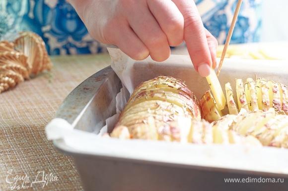 По очереди вкладывайте в картошку сначала маасдам.