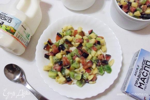 Сверху выкладываем фруктовый салат.