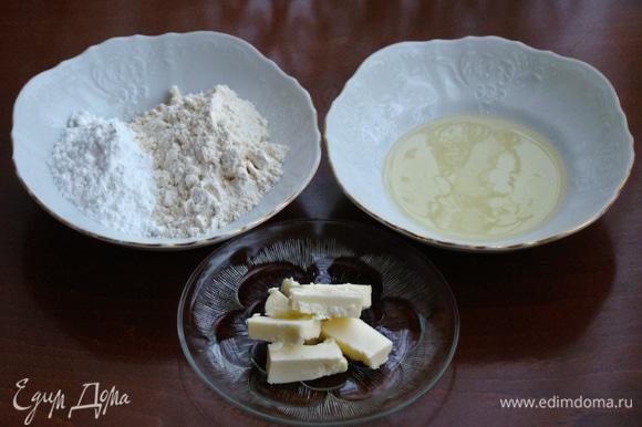 В первую очередь необходимо приготовить тесто №1. Для этого необходимо смешать до однородности муку, крахмал, мягкое сливочное масло и яичный белок. Готовое тесто переложить в кондитерский мешок.