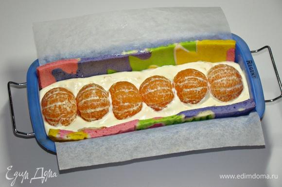 Заполнить форму кремом примерно на половину и в середину, слегка вдавив, уложить мандарины.