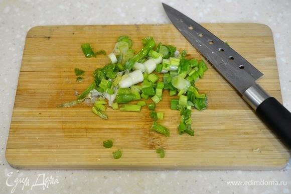 Зеленый лук вымойте и измельчите.