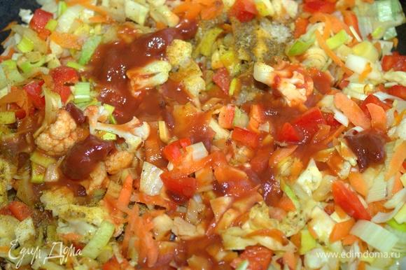 Добавить томатную пасту, соль и приправы.