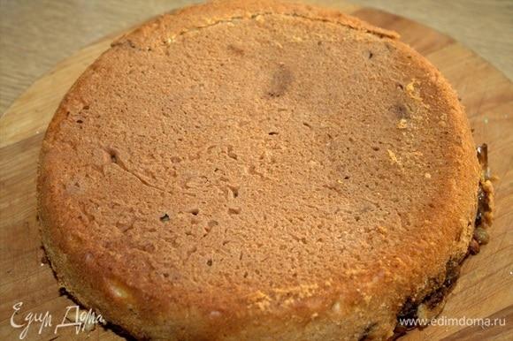 В духовке пирог будет готов через 30–35 минут при 180°C, но мультиварка печет по своей программе «выпечка» чуть дольше.