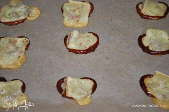 Брецели с сыром готовы. Сыр хорошо запекся.