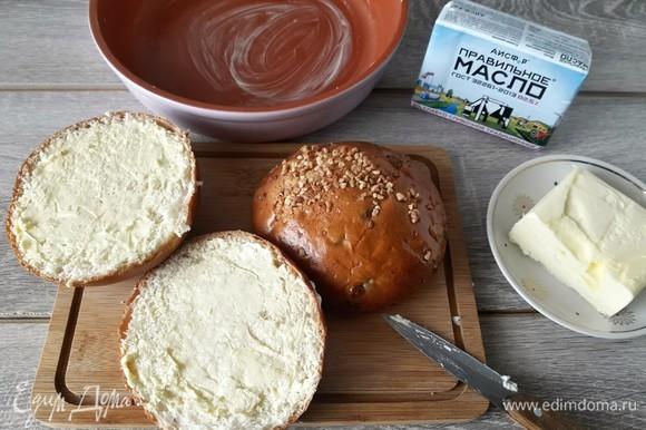 Форму и булочки смазываем сливочным маслом