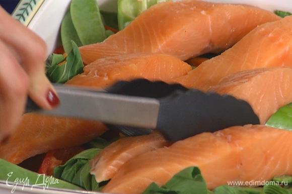 Предварительно разморозить филе семги. Выложить рыбу на овощи.