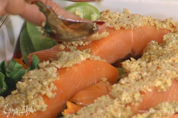 Готовую смесь выложить на рыбное филе, плотно утрамбовать.