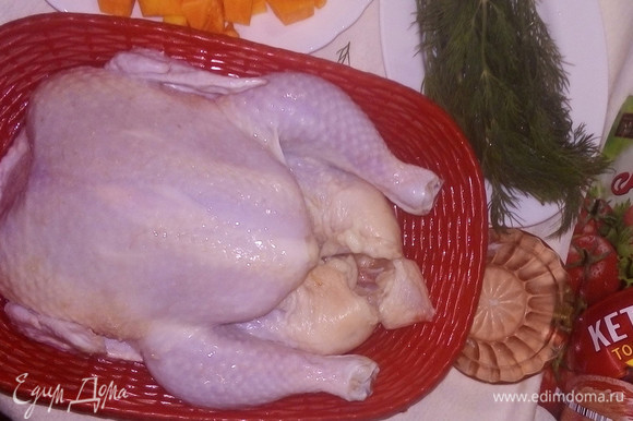Хорошо промытую и просушенную курицу посолить внутри, снаружи втирая соль.