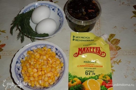 Подготовим продукты. Яйца отвариваем в подсоленной воде, остужаем и очищаем. Консервированную кукурузу и морскую капусту откидываем на дуршлаг.