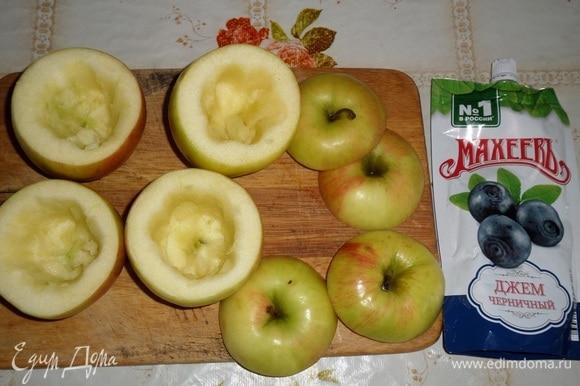 Яблоки промываем и срезаем верхушки. Ложкой вынимаем сердцевину.