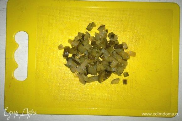 Соленый огурец нарезать мелкими кубиками.
