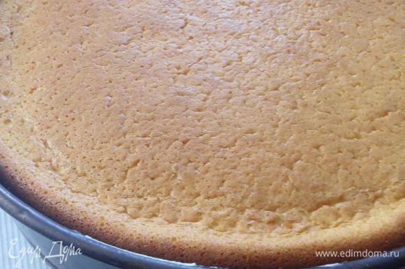 Бисквит. 4 желтка взбить со 175 г сахара. Вообще, торт не особо сладкий. Добавить ванилин и 1 ч. л. лимонной цедры. Сверху выложить пышно взбитые белки. Аккуратно перемешать. Смешать 75 г крахмала, 75 г муки и 1 пакетик разрыхлителя. Просеять сверху. Перемешать. Испечь в режиме конвекции в течение 25 минут при 180°C. Охладить. Разрезать на 2 пласта.