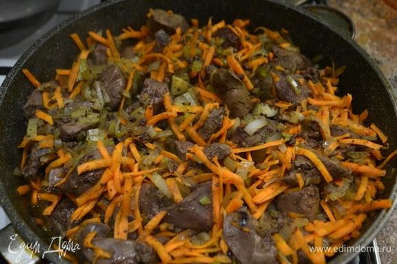 Как только печень приобрела светлый цвет (около 5минут), отправляем нарезанный лук, перемешиваем. Следом кладем натертую морковь, перемешиваем, накрываем крышкой и тушим 10 минут.