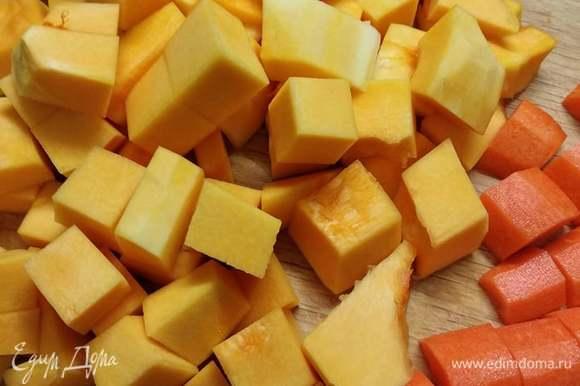 Крупным кубиком нарезать тыкву, морковь тоже нарезать толстыми полукружочками. Добавить все к мясу. Половину арахиса обжарить на сухой сковороде, порубить ножом и добавить в рагу.