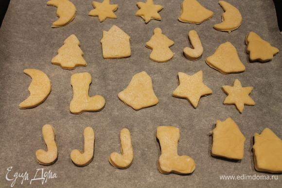 На бумагу для выпечки выкладываем печенье и ставим в разогретую до 180°C духовку. У меня выпекалось печенье примерно 7–8 минут.
