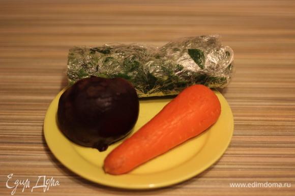 Для окрашивания теста я беру свеклу, морковь и шпинат. Шпинат можно брать свежий или замороженный — разницы нет никакой. Свеклу и морковь я запекаю, так цвет в выпечке сохраняется лучше. Свеклу и морковь предварительно вымыть и обсушить, завернуть в фольгу и запечь в духовке до готовности.