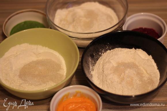 Взять три миски. В каждую высыпать по 150 г просеянной муки, по 1/2 ч. л. дрожжей, 1/2 ч. л. сахара и 1/2 ч. л. соли. Влить по 80 мл воды. В 1-ую миску добавить измельченный шпинат, во 2-ую — морковь, а 3-ью — свеклу.