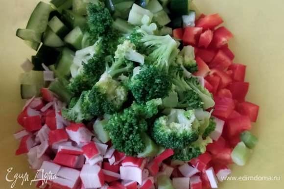 Соединить брокколи, перец, огурец и крабовые палочки, посолить и заправить салат. Я заправляла майонезом и сметаной 1:1. Вы выбирайте заправку на свой вкус. Можно добавить зелень или сушеные травки. Приятного аппетита!