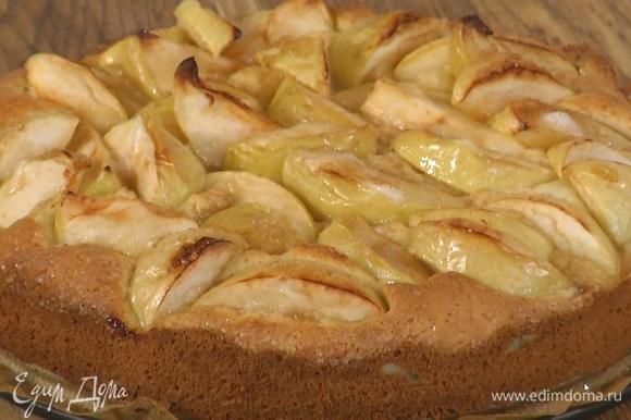 Выпекать пирог в разогретой духовке 30‒40 минут в зависимости от мощности духовки.