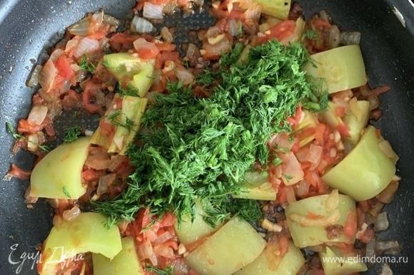 Когда овощи готовы, но еще не стали совсем мягкими, выключаем огонь и прибавляем зелень.