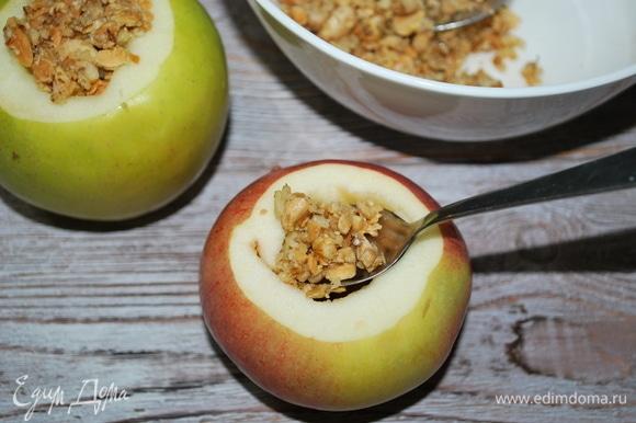 У яблок убрала сердцевинку и начинила ореховой начинкой. Поставила запекаться в духовку на 7–8 минут при температуре 180°C.