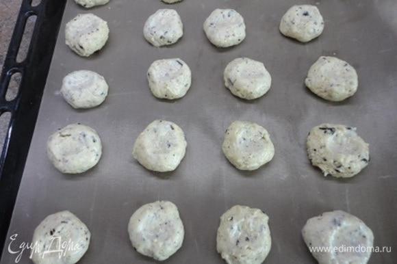 Соединяем сухие и жидкие ингредиенты и замешиваем тесто ложкой. Мокрыми руками формируем шарики диаметром примерно 3 см, выкладываем на противень, выстланный пекарской бумагой или ковриком. Слегка придавливаем пряники пальцами.