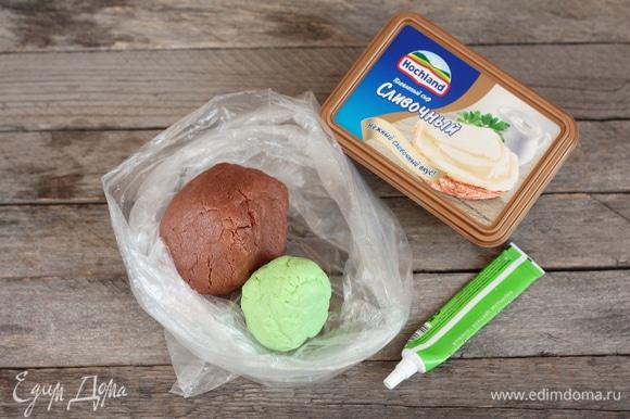 Как вариант, в качестве декора можно сделать эффект мастики из плавленого сливочного сыра Hochland и цельного сухого молока. Сначала смешать какао-порошок и цельное молоко сухое по 4 ст. л., сахарную пудру грамм 30 (эти ингредиенты обязательно просеивать, чтобы не было комочков) и, добавляя по 1 ч. л. сыра Hochland, вымешивать тесто желаемого объема. Такой вариант декора очень удобен тем, что можно не конкретизировать вес ингредиентов, а просто в ходе приготовления, регулируя объем сыра и молока, можно получить разный объем материала для отделки торта и добавить сахарной пудры на свой вкус. Кроме того, можно добавить практически любой ароматизатор. В случае если цвет станет не такой насыщенный, как хотелось бы, добавить какао-порошка. Аналогично с другими красителями. Работать с изделием сразу, иначе начнет крошиться, но можно восстановить, добавив немного сыра Hochland.