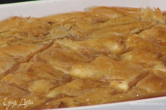 Сахар всыпать в маленькую кастрюлю, добавить немного воды, сварить сироп и полить готовую пахлаву.