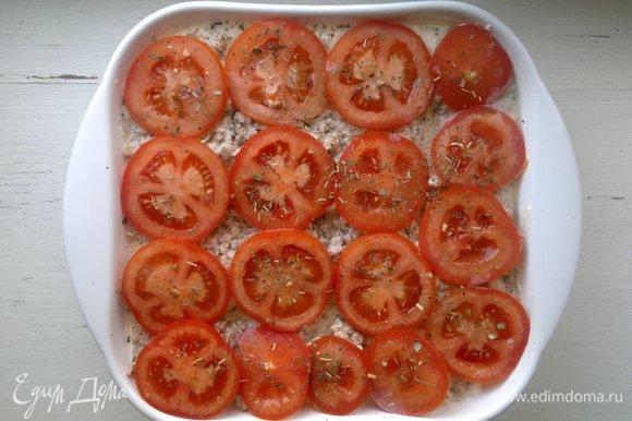 В форму выложить кружки помидоров. Сбрызнуть их оливковым маслом и посыпать итальянскими травами. Поставить форму в духовку, разогретую до 180°C, на 30–35 мин.