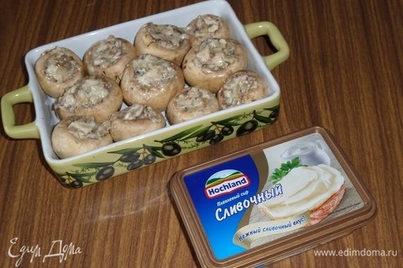 Выкладываем начиненные грибочки в форму для запекания. Помещаем форму в разогретую духовку.