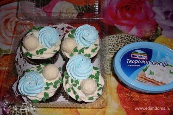 Дополнительно можно декорировать кексы сахарными посыпками, меренгой и конфетами.