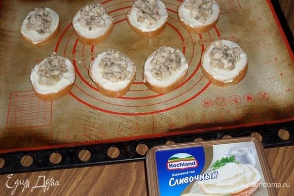 Затем на каждый кусочек багета выкладываем по 2 ч. л. приготовленной курино-грибной начинки.