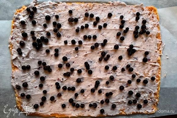 Пару горстей смородины разложить по крему.