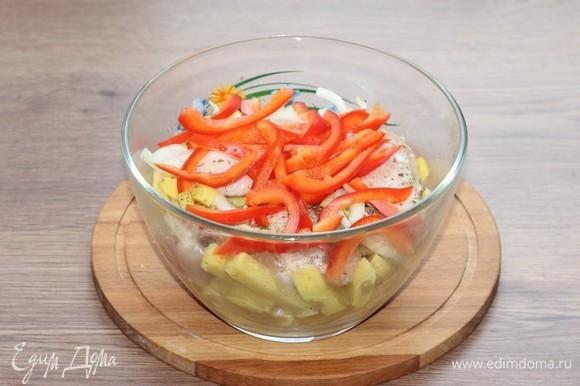 По желанию можно добавить нарезанный полосками болгарский перец (0,5 шт). Солим и перчим.