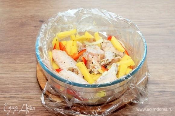Выкладываем подготовленные продукты в пакет для запекания. Пакет кладем в посуду для СВЧ-печи.