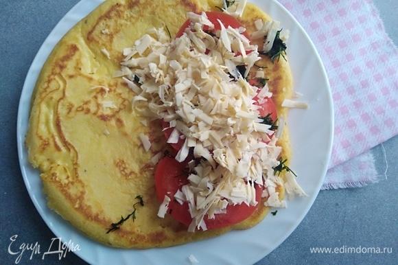 Помидоры нарезать, сыр натереть. На одну половину блина выложить помидоры, зелень и сыр. Накрыть второй половиной.