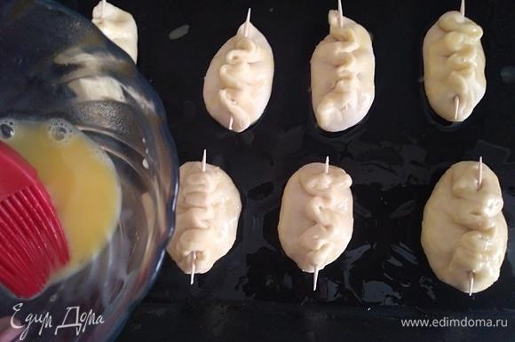Смазать пирожки смесью желтка и молока, выпекать 15 минут до золотистого цвета. Если делать волунчики маленькими, то пекутся они очень быстро.