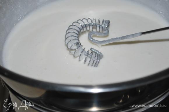 Помешивайте белковую массу венчиком, прогрейте ее до 50°C и мешайте, пока сахар полностью не растворится.