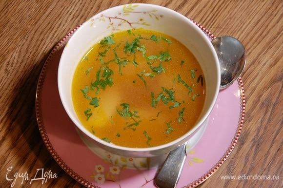 Овощной бульон процедить и разлить в тарелки, в каждую положить по нескольку клецок и посыпать петрушкой.